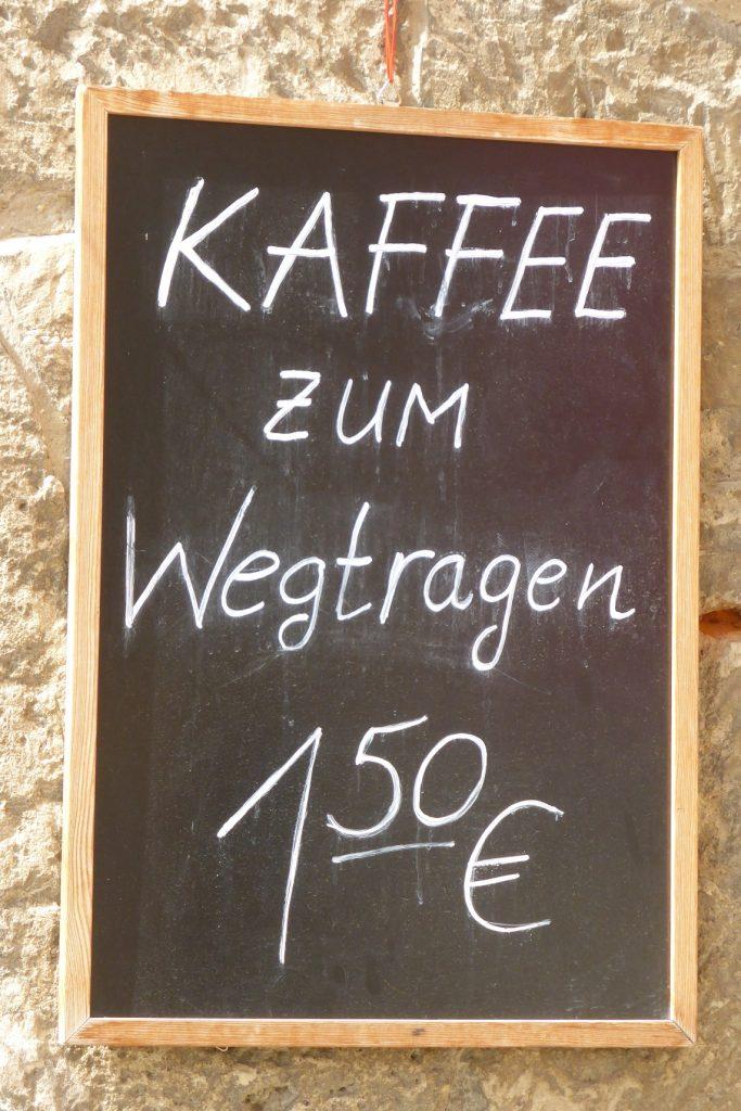 Schild mit Aufschrift Kaffee zum Wegtragen