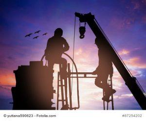 Bauarbeiter im Abendrot